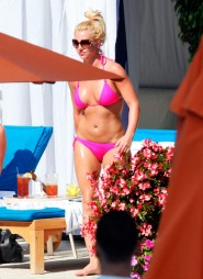 Britney Spears heats up the pool in a VERY hot pink bikini