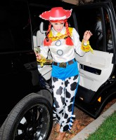 Gwen Stefani goes trick or treating in a cowgirl costume