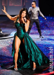 Fergie performs in ermerald green lingerie