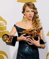 Taylor Swift drops a GRAMMY Award backstage