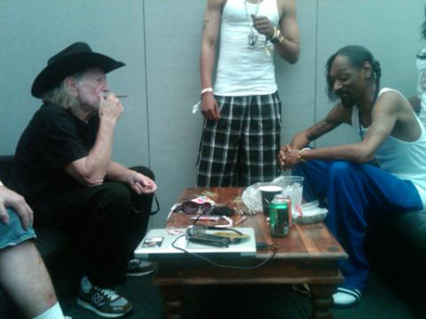 Willie Nelson and Snoop Dogg twitter photo smoking a blunt