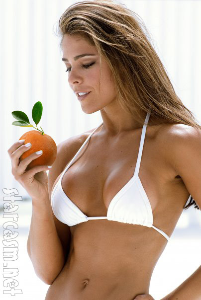 Fernanda Rocha holding an orange