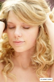 Taylor Swift with no makeup picture 8 of 12