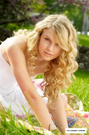 Taylor Swift with no makeup picture 5 of 12