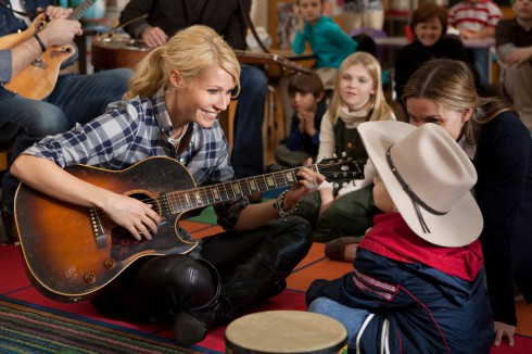 Gwyneth Paltrow pickin' and grinnin' for the children in Country Strong