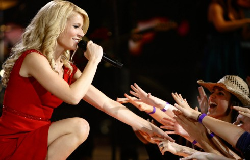 Gwyneth Paltrow as Kelly Canter shaking hands with fans while performing on stage
