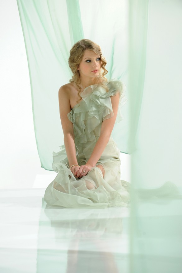Taylor Swift CoverGirl ad