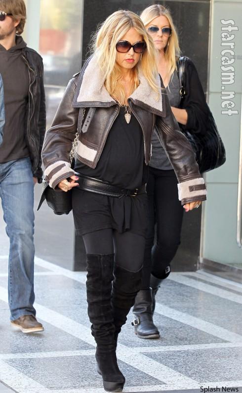 Pregnant Rachel Zoe is really tiny
