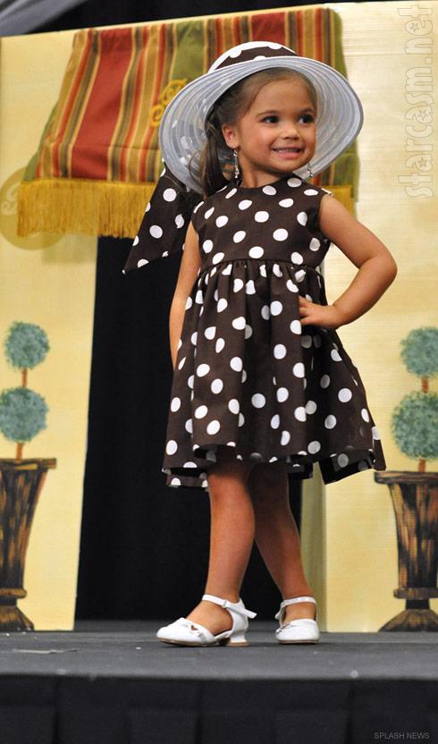 amanda holden sparks outrage after dressing her nine year old daughter lexi as julia roberts. Black Bedroom Furniture Sets. Home Design Ideas