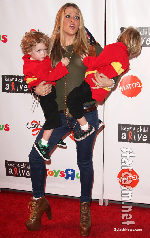 Brooke Mueller nip slip with sons Halloween