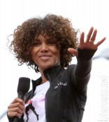 Halle Berry with curly hair at the Revlon Run Walk