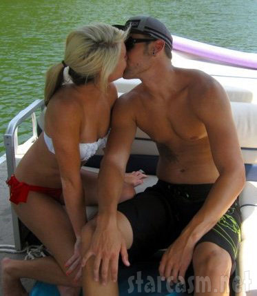 Ryan Edwards and girlfriend Dalis Connell kissing