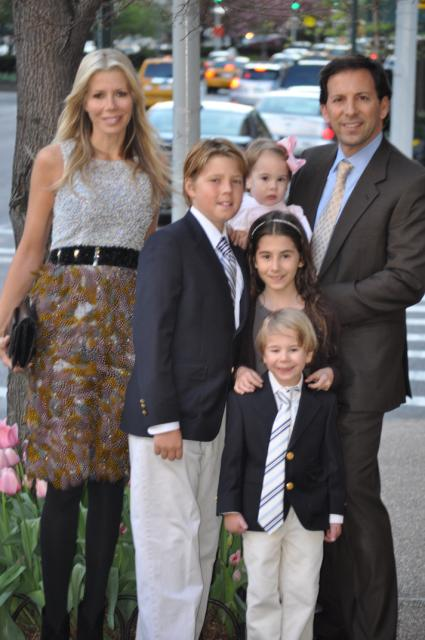 Aviva Drescher with her husband and children photo