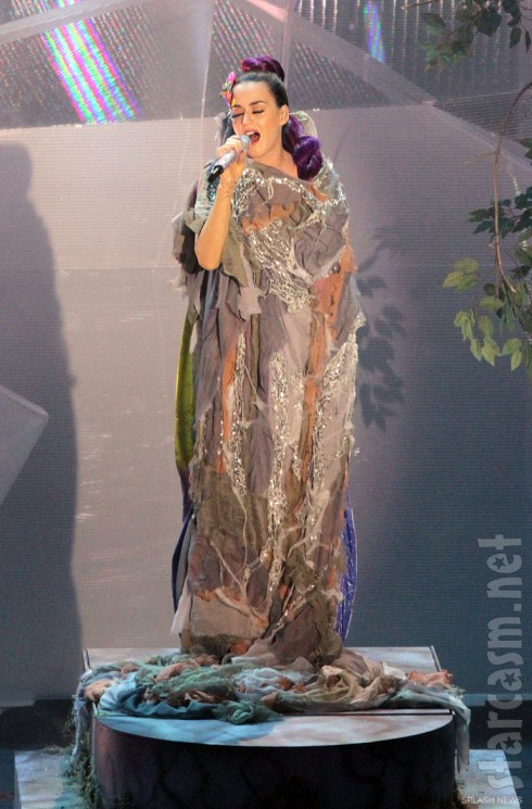 Katy Perry in her cocoon before turning into a butterfly at the 2012 MMVAs
