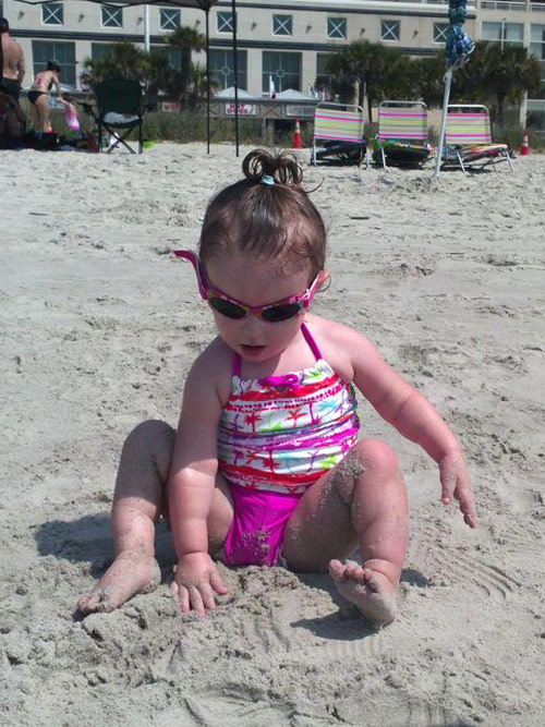 Leah Messer's daughter Aliannah Hope playing in the sand at the beach