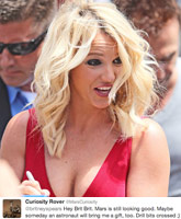 Britney-Spears-happy-cleavage_TN