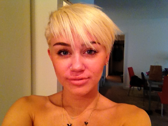 PHOTOS Miley Cyrus with REALLY short blonde hair! - starcasm.net