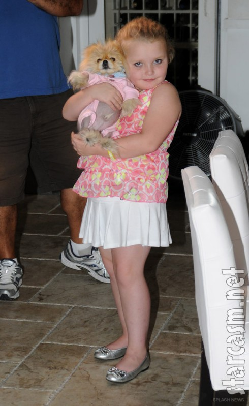 Alana Thompson aka Honey Boo Boo holding Giggy the Pom at Villa Blanca