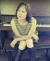 Iris-Dement-at-the-piano_TN