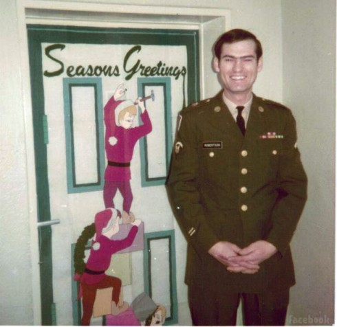 Duck Dynasty's Si Robertson without a beard and in his military uniform as a young man