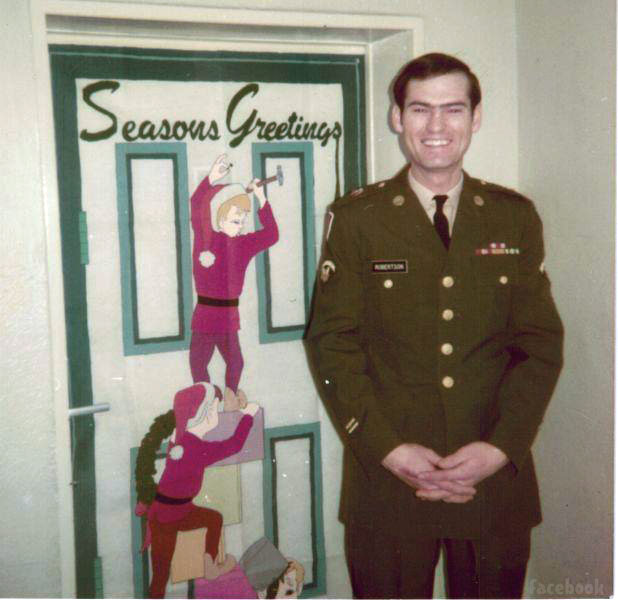 Duck Dynasty's Si Robertson without a beard and in his military