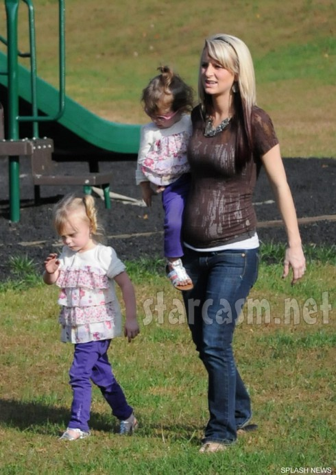Pregnant Leah Messer-Calvert takes daughters Ali and Aleeah to the park