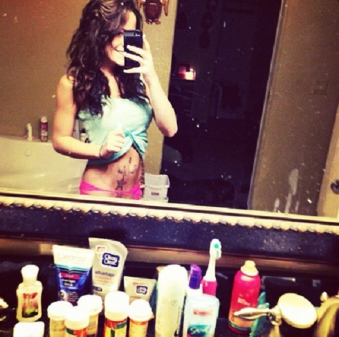 Jenelle Evans poses in underwear, reveals several pill bottles on sink