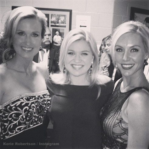 Duck Dynasty stars Korie and Jessica Robertson with Kelly Clarkson