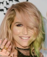 Kesha-red-carpet-smile