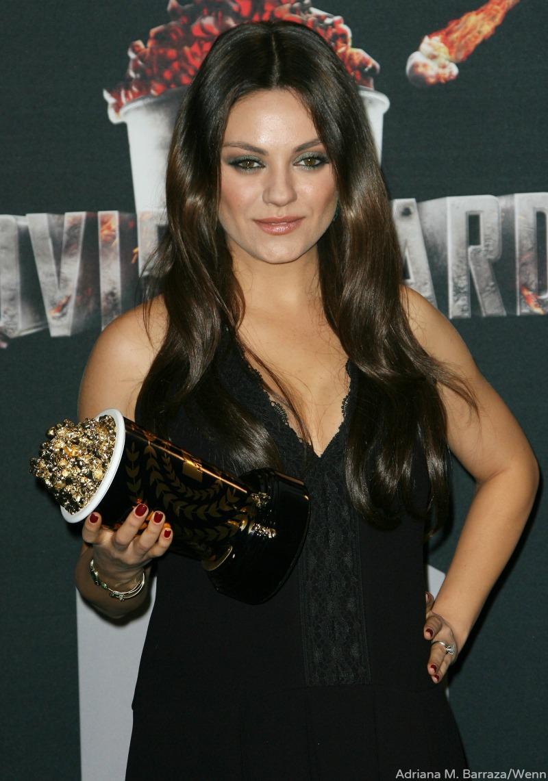 Mila Kunis Baby Bump Engagement Ring 2014 Mtv Movie Awards