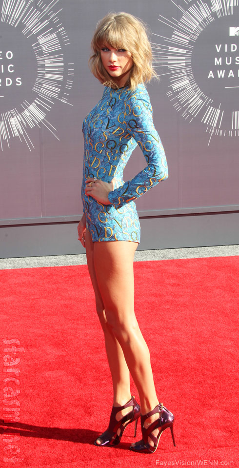 PHOTOS Taylor Swift wears leggy romper on VMA red carpet