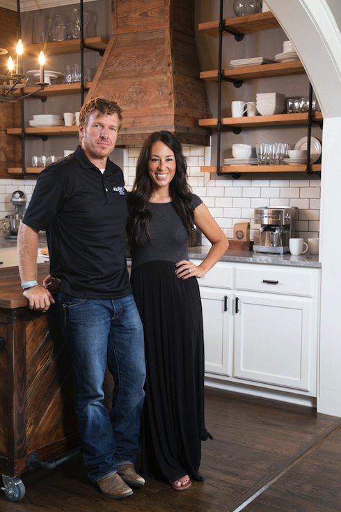 hgtvu0027s hit show fixer upper features a new renovation each week and an elegant seemingly effortless remodel as well cohost joanna gaines provides the - Hgtv Shows Fixer Upper