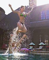 Kim_Zolciak-Biermann_bikini_flying_tn