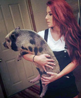 Chelsea_Houska_pet_pig_Pete_tn
