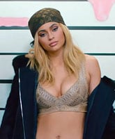 Kylie_Jenner_lip_gloss_video_tn