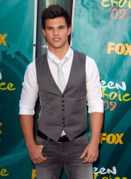 Taylor Lautner on the red carpet at the 2009 Teen Choice Awards