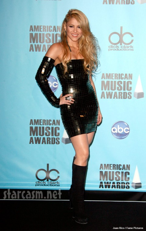 Shakira in a tight, short black dress at the 2009 AMA