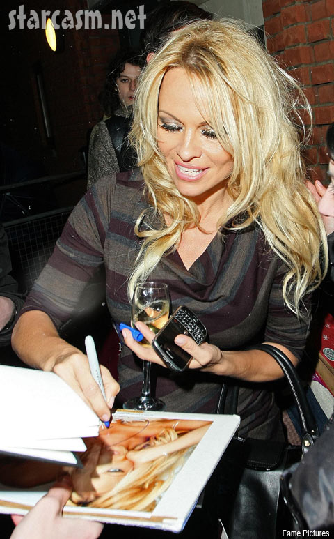 Pamela Anderson drunk and signing autographs