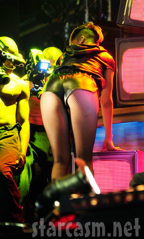 Rihanna's shows her butt at the BBC Radio 1's Big Weekend 2010 concert