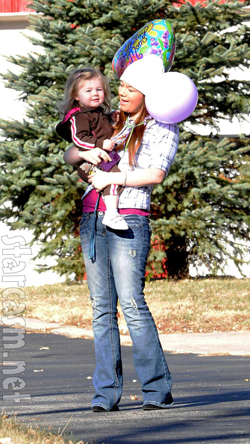 Amber Portwood and daughter Leah on the streets of Anderson, Indiana