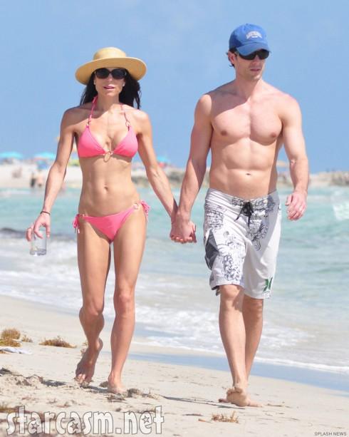 Com uma devoção à incredulidade , Peixes mostrando seu corpo nu, com forma atlética na praia