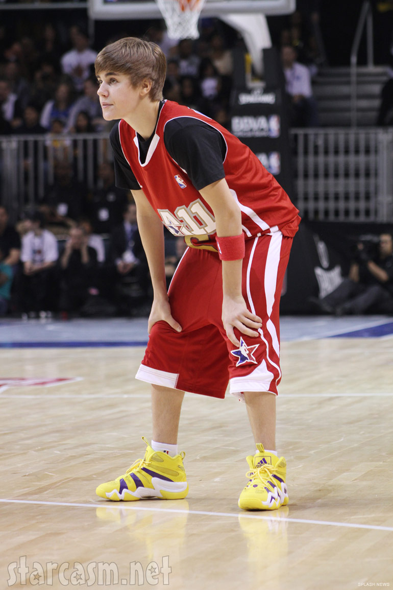 Justin Bieber plaing basketball