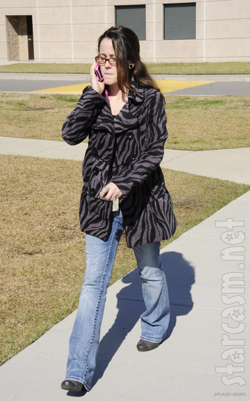 Teen Mom Jenelle Evans talks on her pink cell phone