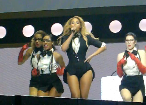 Beyonce erforms Run the World (Girls) on Oprah's Farewell Show at the United Center