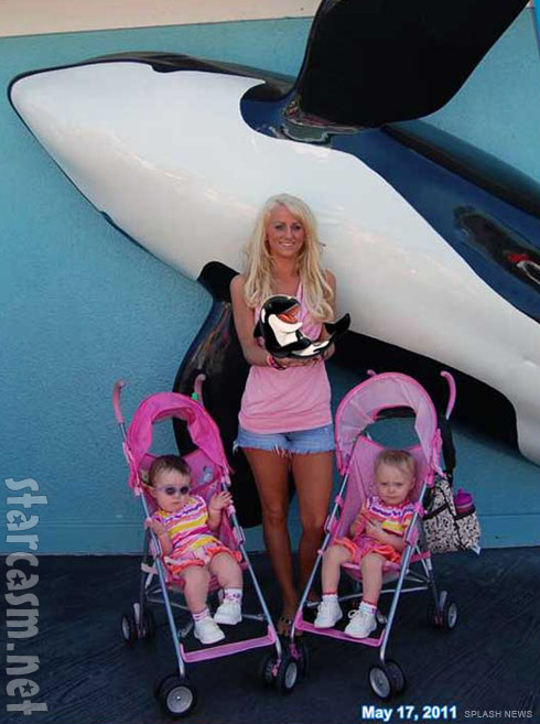 Leah Messer and her daughters pose at Sea World Orlando