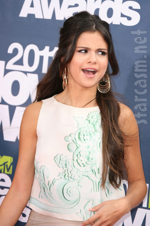 Selena Gomez has fun on the red carpet at the 2011 MTV Movie Awards