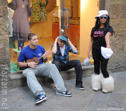 Jersey Shore's Vinny and Snooki busk for change on the streets of Florence Italy