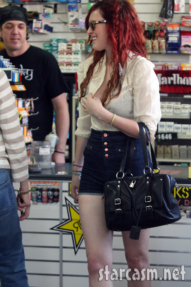 Rumer Willis cashier photobomb