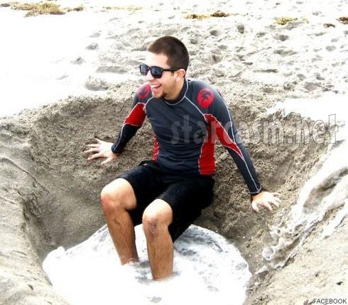 Farrah Abraham's boyfriend Daniel Alvarez plays on the beach