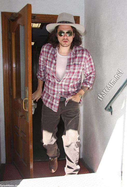 John Mayer looking just like Johnny Depp